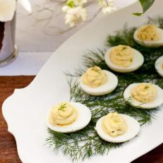CI_She-n-He-Photography_southern-wedding-deviled-eggs_v